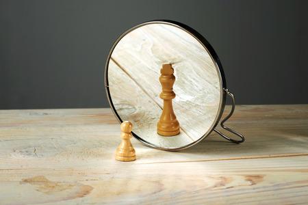 spiegelbeeld: Alter ego. Iemand anders, een soldaat en een koning schaakstukken spiegelen.