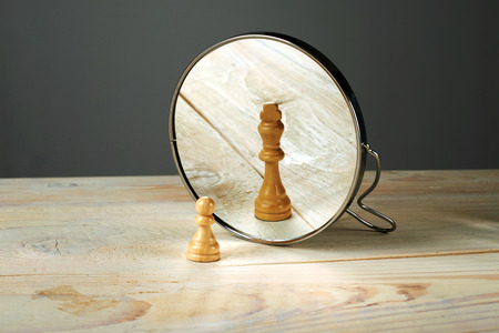 reflexion: Alter ego. Ser otra persona, un soldado y un piezas de ajedrez rey reflejo.