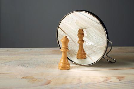 Man of Vrouw. Koningin en koning schaakstukken spiegelen. Stockfoto