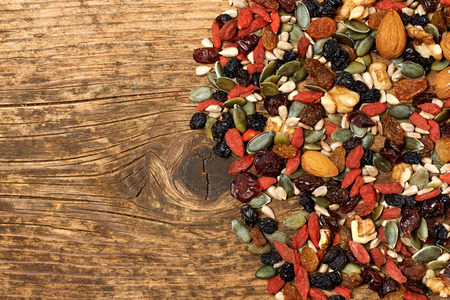 ミックス ナッツ種子とドライ フルーツ、木製のテーブルの上