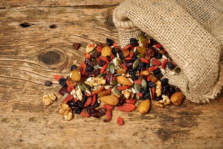 semilla: mezclar semillas de frutos secos y frutos secos, en una mesa de madera