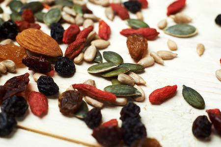 frutas secas: mezclar semillas de frutos secos y frutos secos, en una mesa de madera