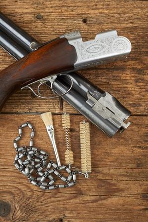 クリーニング キット木製のテーブルと狩猟銃