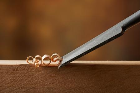 Holzbearbeitungswerkzeug. Schnitzen Holz mit einem Meißel