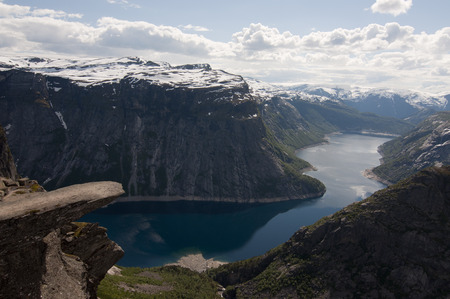 Norway, Trolltunga. Trolltunga is a piece of rock jutting horizontally out of a mountain about 700 metres above the north side of the lake Ringedalsvatnet, Norway. Banque d'images