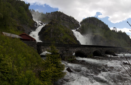 Latefossen. Latefossen or Latefoss is a waterfall located in the municipality of Odda in Hordaland County, Norway. The 165-metre tall waterfall is unique and thus it is a well-known tourist attraction in the area. Banque d'images