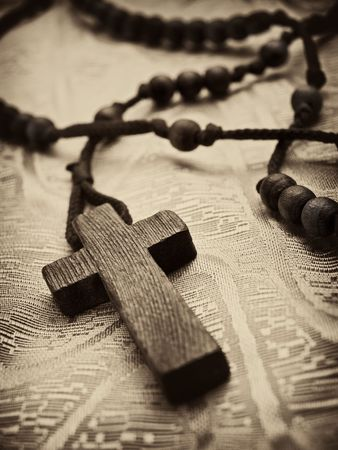 closeup of rosary cross,shallow DOF with focus on the cross, light sepia toned with vignette 版權商用圖片 - 5654673