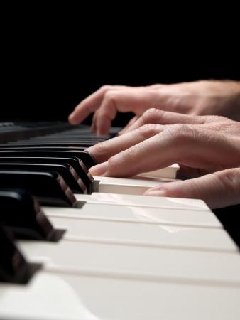 joueur de piano: Pianiste sur fond noir, gros plan tourn�, DDL plate