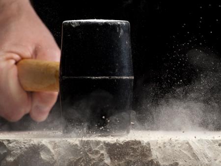 the hammer: hombre rompiendo la piedra, puede utilizarse como concepto para poder, fuerza, destrucci�n, furia, rabia, resistencia... imagen portarretrato con poco profundo GDL