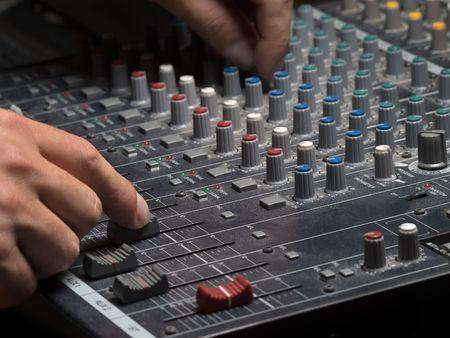 pult: Uomo usando il mixer audio, alzato con shallow DOF