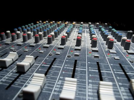 pult: Mixer audio dissolvenza in sfondo nero, angolo basso girato con shallow DOF