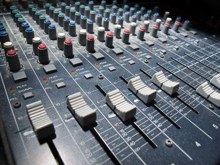 pult: Mixer audio, angolo basso girato con shallow DOF, utile per vari temi di musica e suono  Archivio Fotografico