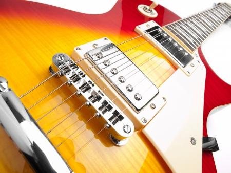 superdirecta: Guitarra el�ctrica sobre fondo blanco, bajo �ngulo de disparo, para temas de m�sica y entretenimiento Foto de archivo