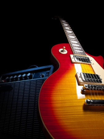 superdirecta: guitarra el�ctrica con amplificador, sobre fondo negro, para temas de m�sica y entretenimiento Foto de archivo