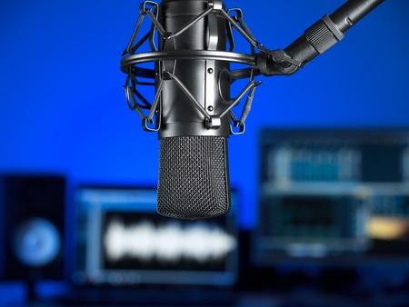 estudio de grabacion: Dentro del estudio de grabaci�n de m�sica, centrarse en el micr�fono, para temas musicales, la producci�n de audio, entretenimiento Foto de archivo