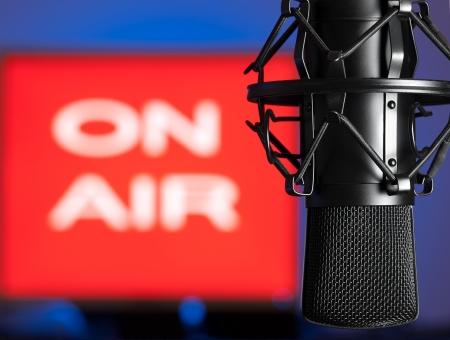 microfono de radio: Micr�fono con aire firmar en el fondo, la radiodifusi�n, temas relacionados de sonido