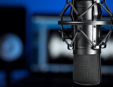 estudio de grabacion: Micr�fono en el estudio de grabaci�n de m�sica, centrarse en el micr�fono, para temas musicales, la producci�n de audio, entretenimiento Foto de archivo