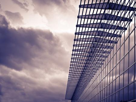 edificio: Vidrio moderna aprovechando el tiempo nublado, tonificada imagen, arquitectura, negocios, construcci�n, bienes ra�ces temas