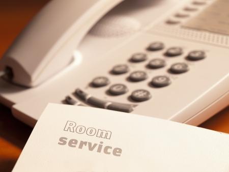 guest room: servizio di stampa in camera sul foglio di carta con il telefono, per il servizio alberghiero, servizio clienti