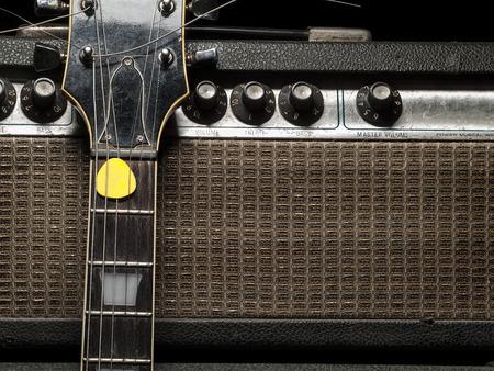 Guitarra eléctrica gastada y un amplificador, para temas de música y entretenimiento Foto de archivo - 26086707