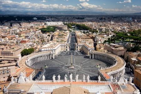 Vista la Pietro San. Il Vaticano � illuminata dal sole, mentre la parte di Roma � coperta da nuvole.