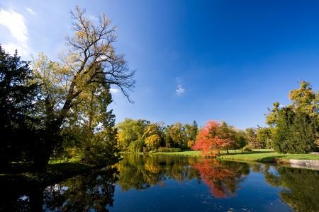 Patrimonio culturale Lednice-Valtice - visualizzazione di un parco con alberi di autunno e di un fiume. Archivio Fotografico