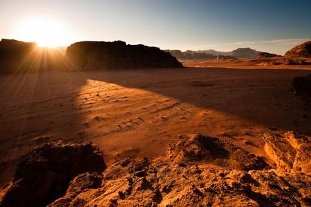 Il sole sorge sopra il deserto di Wadi Rum, Jordan.