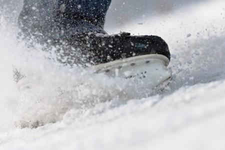 hockey sobre hielo: Agresivo rompiendo... patines sobre hielo