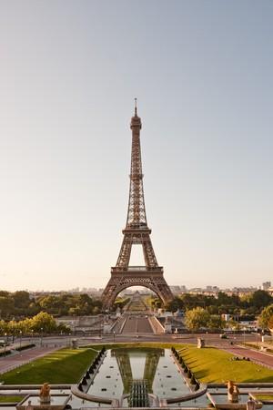 Torre Eiffel visto dal Trocadero, con una riflessione parziale in acqua. Archivio Fotografico