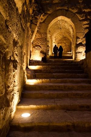 Due persone a piedi su per le scale del castello di Ajlun, Giordania.