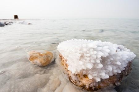 Crystalic sale su una roccia vicino spiaggia nel mar morto, Jordan lato.