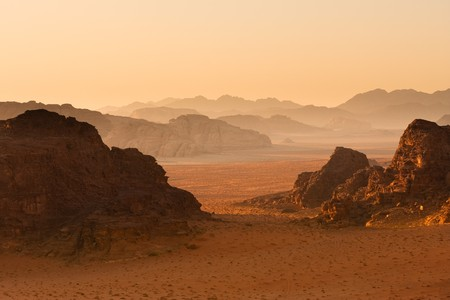 Montagne in sfuggente tramonto sullo sfondo. Wadi Rum deserto, Jordan.