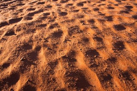 Dettaglio di sabbia rossa nella prenotazione nel deserto di Wadi Rum, Jordan.
