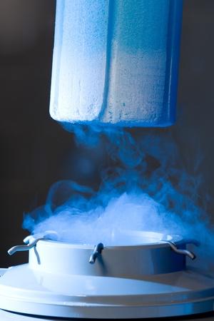 Geopende container met vloeibare stikstof, blauw licht en damp