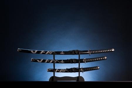 Tre antiche spade giapponesi con una luce calma. Il testo pu� essere inserito nella parte superiore dell'immagine.