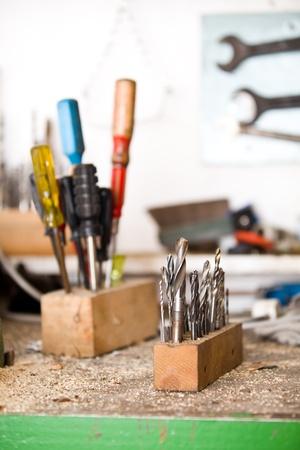 herramientas de carpinteria: Ejercicios específicos con destornilladores en el fondo, el taller Foto de archivo