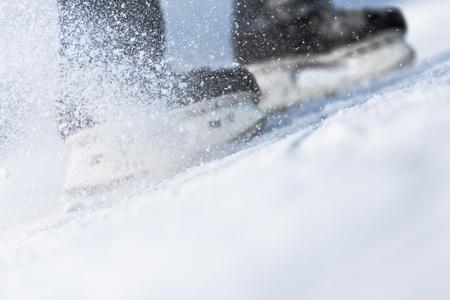 Neve che volano da frenata, pattini da ghiaccio offuscata Archivio Fotografico