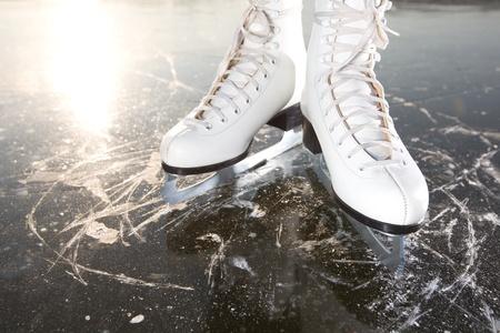 patinaje sobre hielo: Patines sobre hielo con amplias sol reflejado por detrás