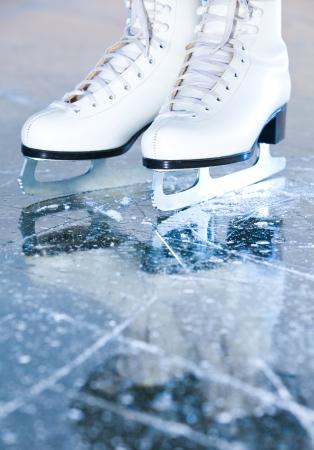 Ritratto versione, pattini ghiaccio donna con la riflessione