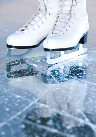 to skate: Versi�n de Retrato, patines de hielo mujer con la reflexi�n Foto de archivo