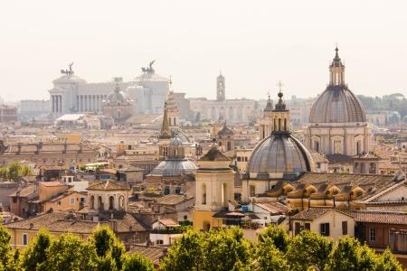 Aperçu Rome avec monument et plusieurs dômes