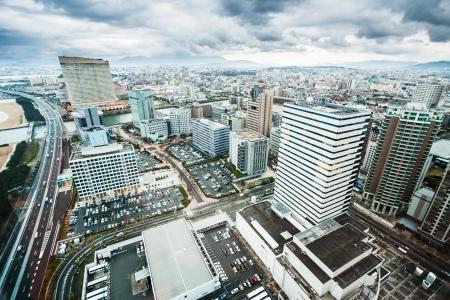 dia y noche: Fukuoka rascacielos de la ciudad visto desde lo alto Foto de archivo