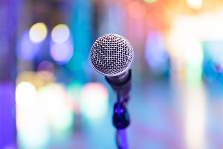 estudio de grabacion: Detalle de micr�fono con brillantes luces de fiesta borrosas alrededor