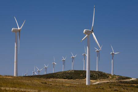 Windkraftanlagen Bauernhof. alternative Energiequelle Lizenzfreie Bilder