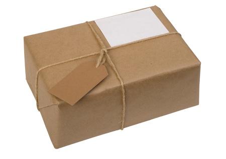 bruine papieren pakket gebonden met koord met label, geïsoleerd op wit