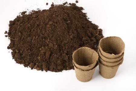 turba: pila de suelo y turba macetas de plantas de semillero