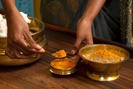 traditionelle indische Ayurveda Massage vorbereiten Kr�uter Pulver