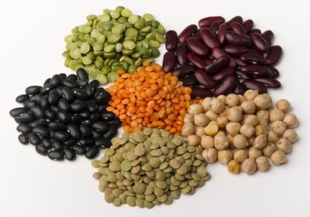 bönor: olika arter av baljväxter i grupp, isolerat, vit.