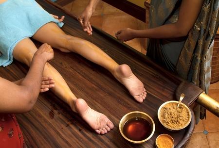 indische �rzte tun traditionelle ayurvedische �l Fu�massage Lizenzfreie Bilder