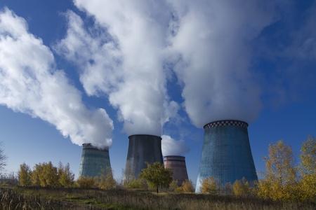 Rauchende Schlote der thermoelektrischen Anlage gegen den blauen Himmel